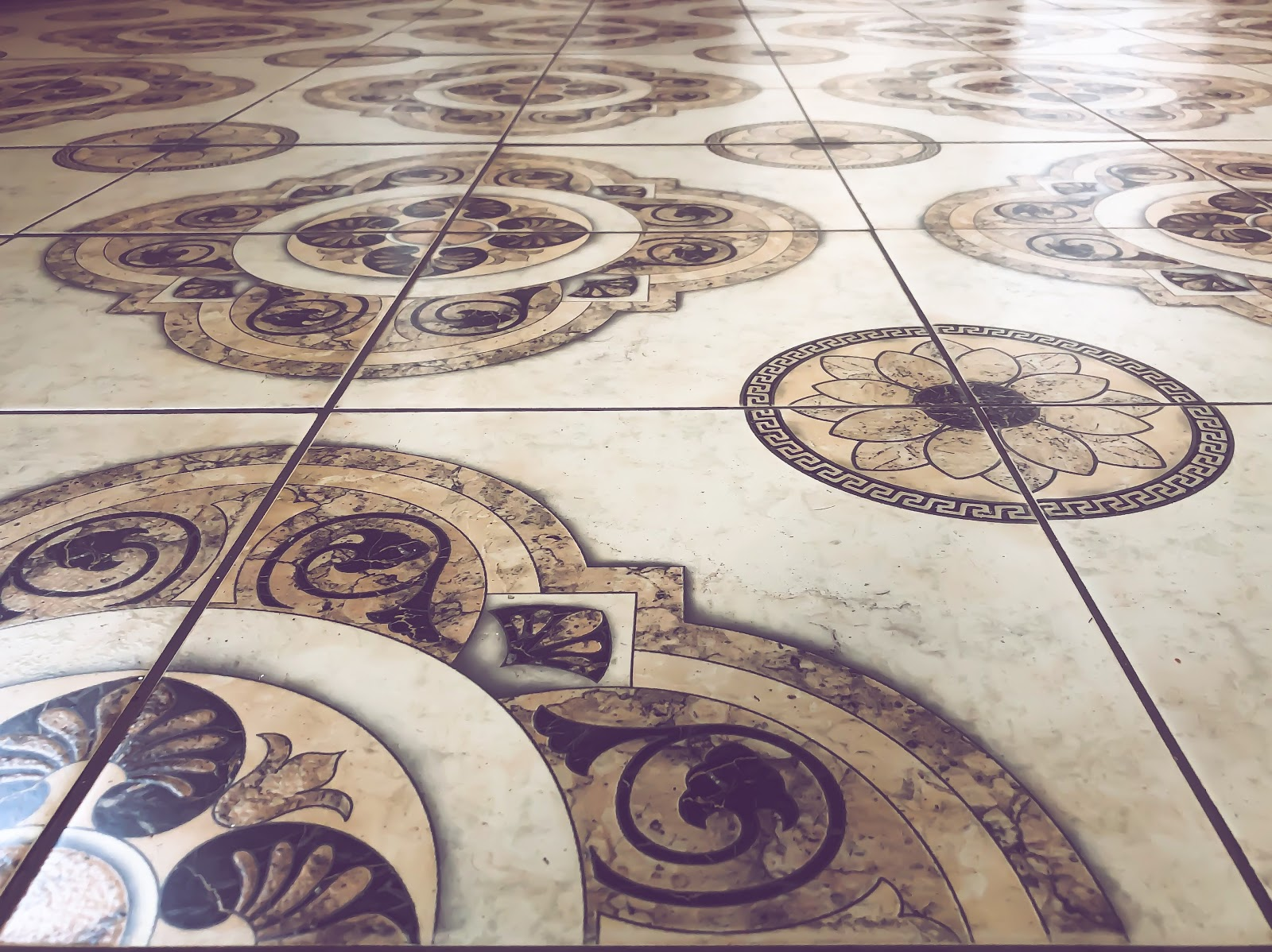 Tile flooring with pattern